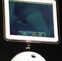 Αυτό το iMac παρουσιάστηκε το 2002. Το επανασχεδιασμένο υπολογιστή 15-ιντσών LCD με επίπεδη οθόνη.