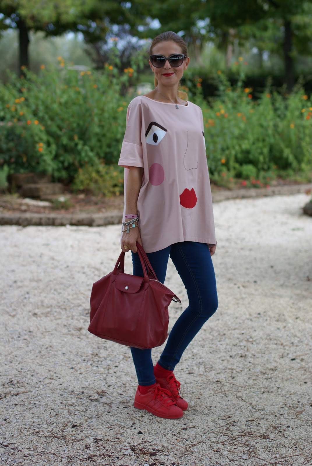 How to wear an oversized blouse, adidas sneakers and Longchamp Le Pliage cuir bag on Fashion and Cookies fashion blog, fashion blogger style