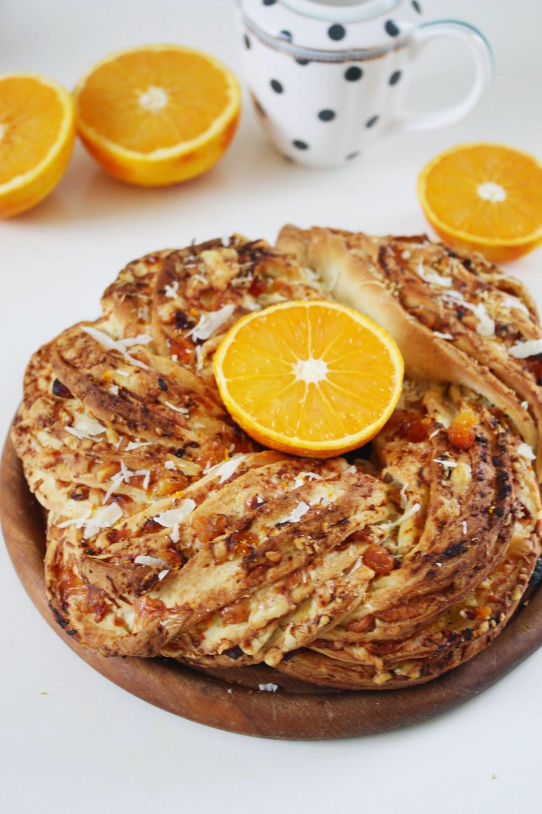 Hefekranz mit Aprikosen Orangen und Parmesan