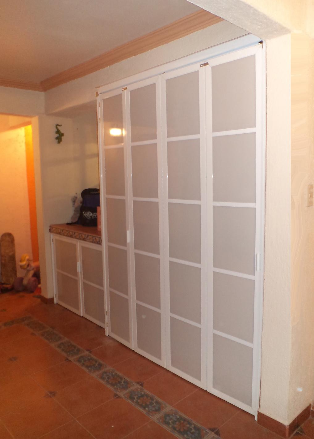 Puertas corredizas de aluminio y policarbonato para cuarto for Puertas de aluminio para habitaciones
