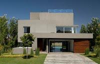 fachada de casa moderna gris con vista al interior