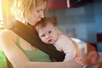 Jangan Lakukan Saat Menggendong Bayi