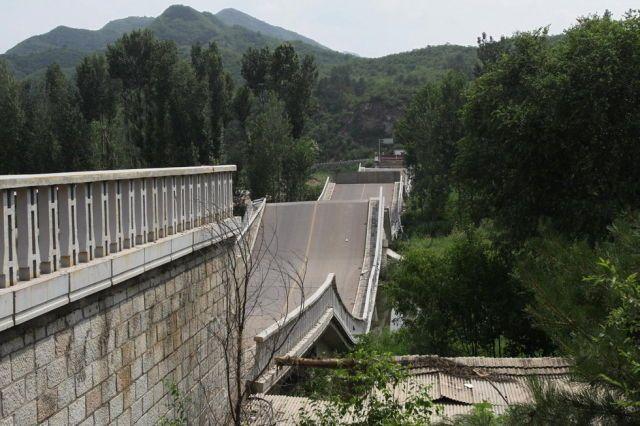 Gara-Gara Truk Kelebihan Beban, Jembatan di China Roboh
