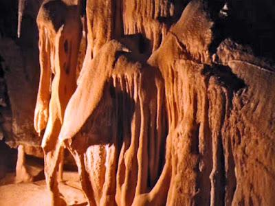 El mundo subterráneo siempre ha sido un enigma, especialmente para las personas que no lo han visitado nunca y también para aquellas otras que aun a pesar de haber visitado alguna cueva, desconocen cuál es el mundo y la vida que se esconde en las profundidades de la tierra.  En Navarra Naturalmente, hay muchos territorios que son Kársticos, en los cuales, a lo largo de millones de años, el terreno calcáneo ha sido pulido por el agua que se filtra a través de este terreno.  Las formas que el subsuelo adopta son muy diferentes, en cada una de las cavidades. No se forman  las mismas formas geométricas en  todas las cavidades.  El elemento en común, es que en casi todas las cuevas subterráneas, se  forman Estalactitas y Estalagmitas.  ¿Pero cuál es la diferencia entre estas dos formaciones  geológicas? Es una buena pregunta que vamos a intentar explicar.  www.casaruralurbasa.com