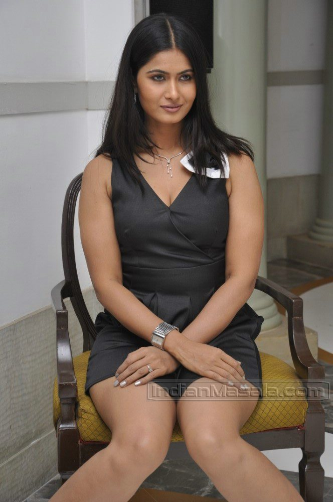 gallery of hot girls: Divya Dwivedi thick thighs and cute cleavage ...