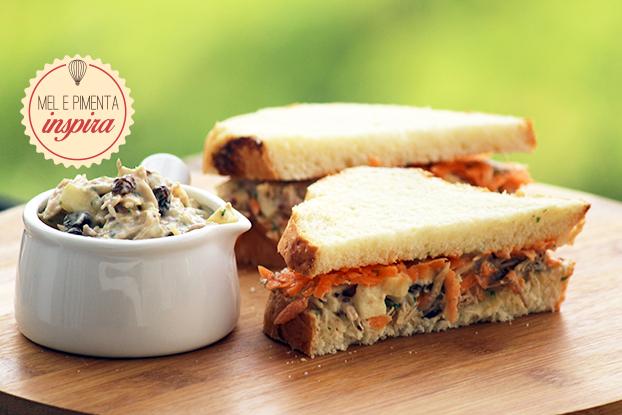 Sanduíche de salpicão de frango agridoce