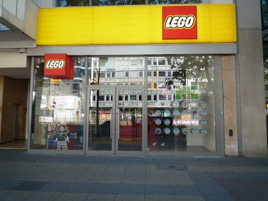 Lego lego store at berlin germany for Wohndesign 2 fermob store in berlin