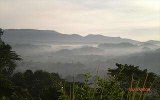 Gunung Dwangga yang diselimuti awan di pagi hari