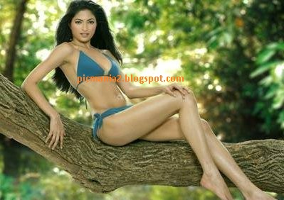 parvathy omanakuttan very hot and  sexy  bikini images with cleavage show