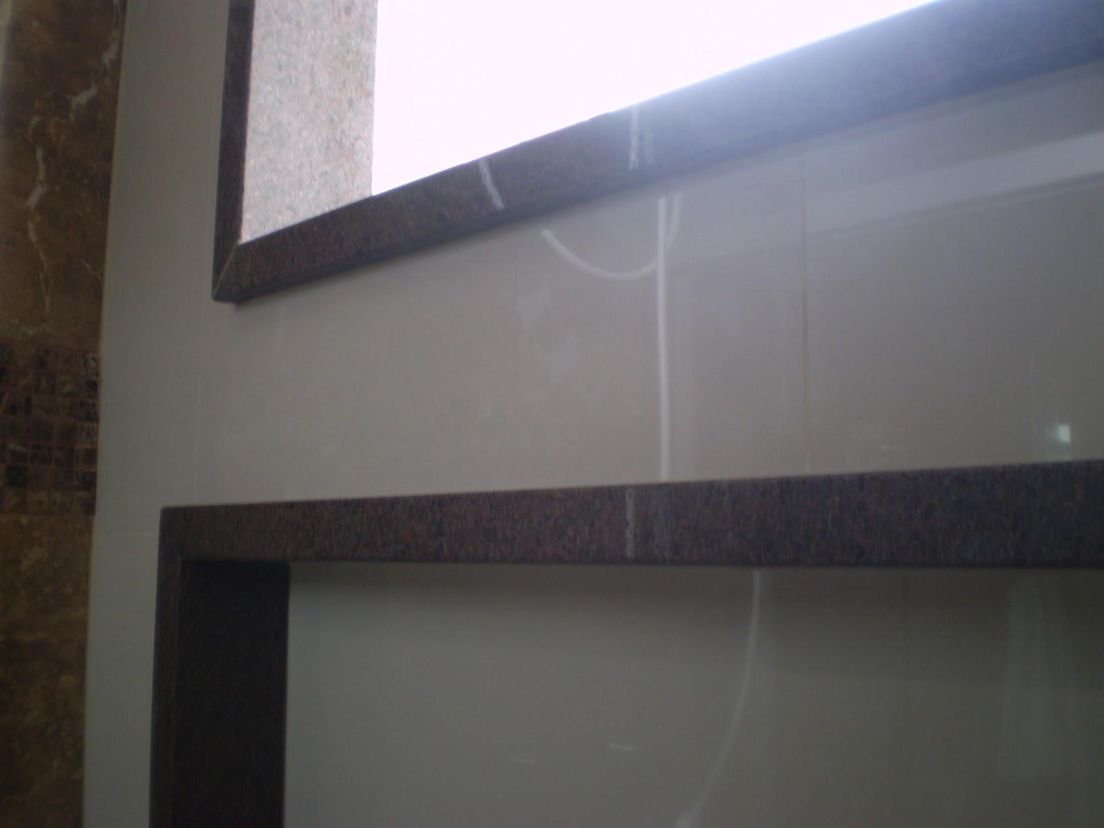 mesma pedra em todo o banheiro bancada roda pé nicho e janela em  #445787 1600 1200