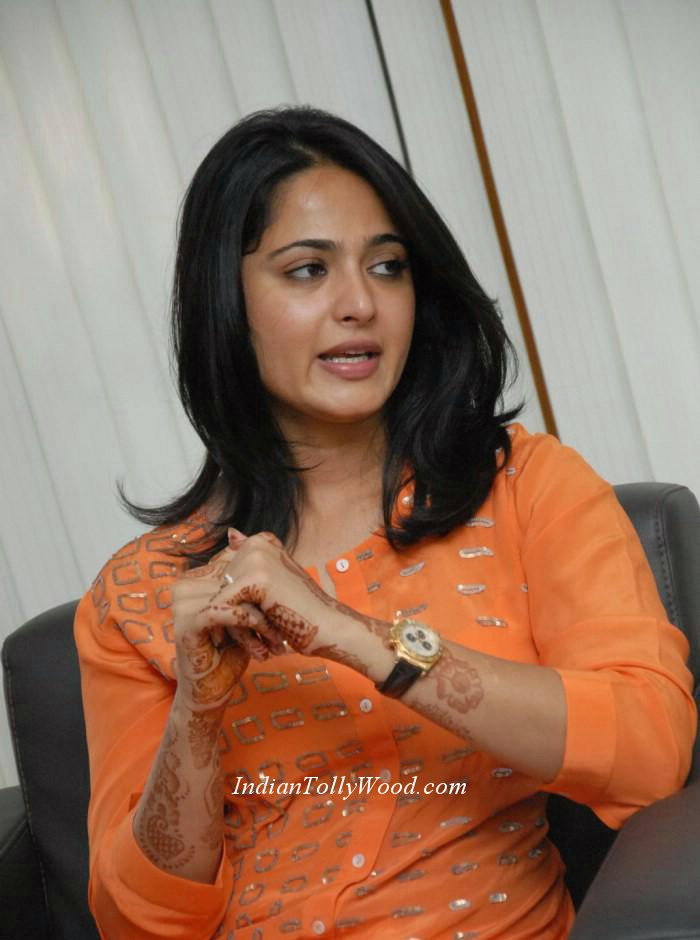 ... stills_in_orange_top_white_pant_photos_heroine_anushka+in+orange+dress