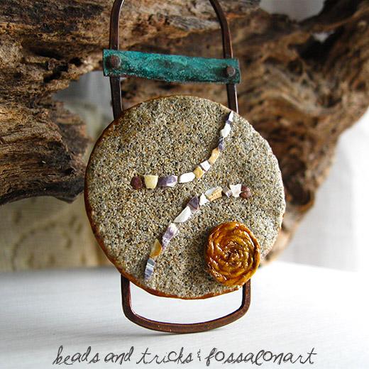 Collana in rame, corda, sabbia e frammenti di conchiglia