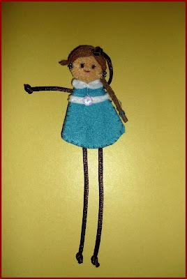Muñeca fieltro vestido azul