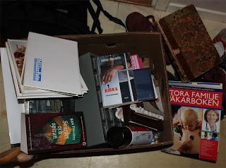 En av lådorna som åkte i containern tidigare idag. Fotoalbum och böcker och en gammal sortimentskåpslåda.