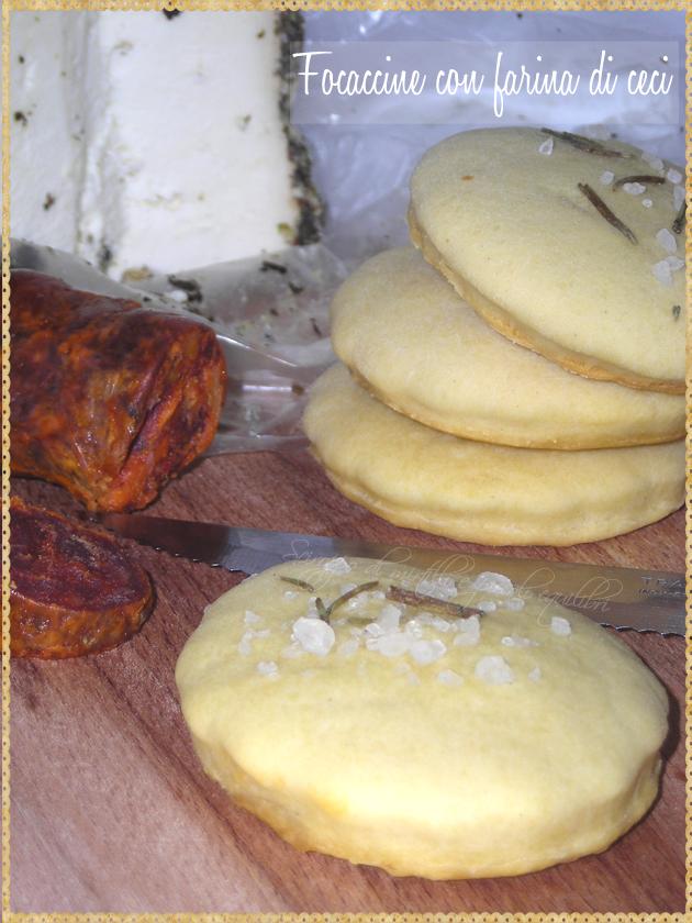 Piccole focacce con farina di ceci sale e rosmarino
