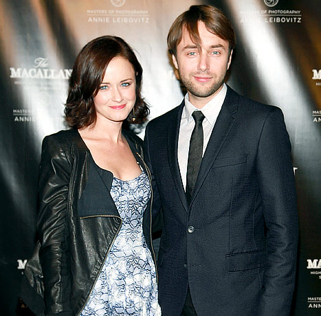 john paul dating alexis bledel Alexis bledel height, weight, bra size, measurements, family, favorite things, hobbies, facts, education, dating history & bio.