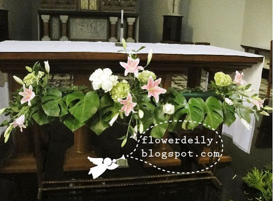 Decoración floral con paniculata, verde, margaritas y algo de rosa (lilium) 10