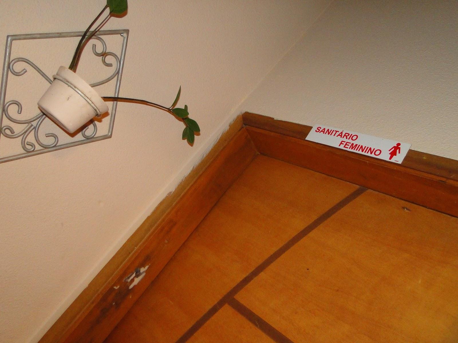 banheiro está localizado logo ali atrás do palco as placas com  #873908 1600 1200