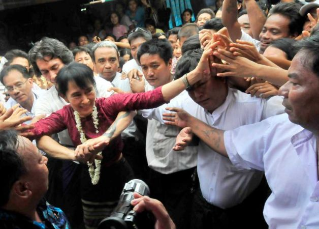 THIT HTOO LWIN: Bigger crowd greets vacationing Suu Kyi in Myanmar