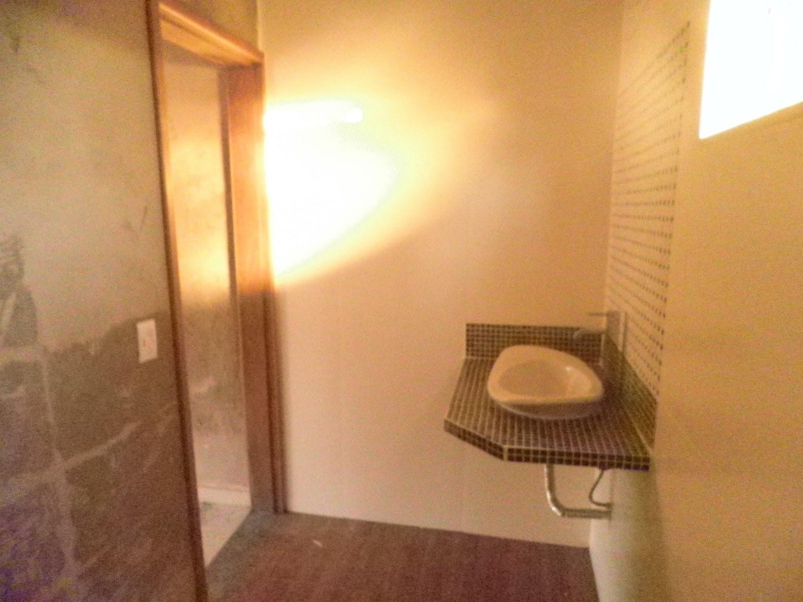 Banheiro com piso amadeirado 50x50. #C0710B 1600 1200