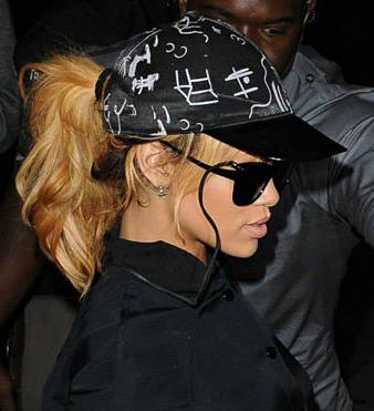 Rihanna siyah beyzbol şapkası ve at kuyruğu saç modeli
