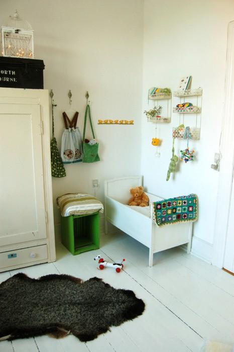 ... babykamer kinderkamer lovely flavours. Kleurrijk groen tapijt