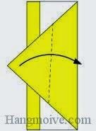 Bước 5: Gấp chéo cạnh trên cùng tờ giấy theo chiều từ trái sang phải.