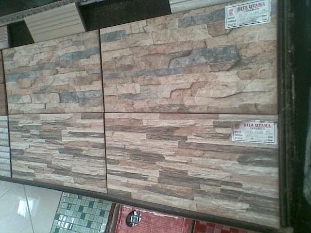 keramik dinding teras motif batu alam