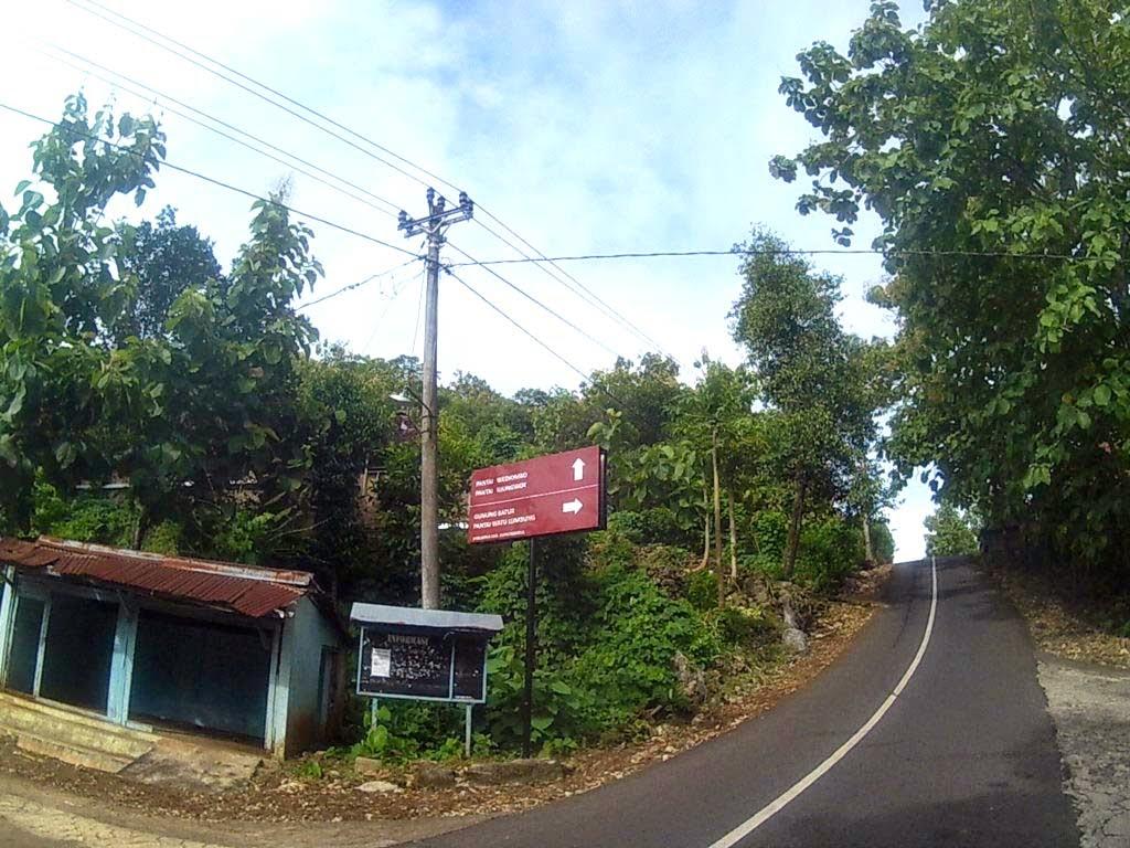 Jalur ke Pantai Watu Lumbung masuk ke kanan