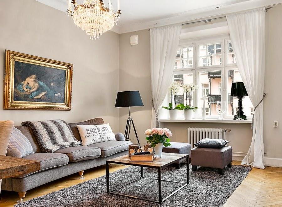 kanapa, stolik, lampa na trzech nogach, kryształowy żyrandol