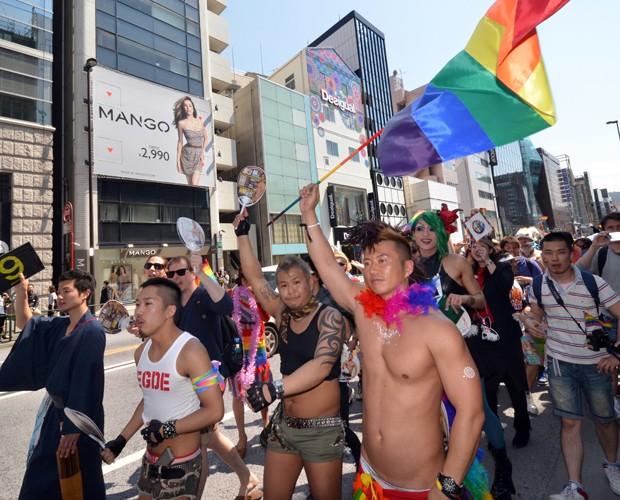 Ativista balança bandeira com as cores do arco-íris (Foto: YOSHIKAZU TSUNO / AFP)