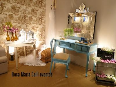 stand, penteadeira, espelho bacarat, maleta com arranjos florais, grinalda e véu