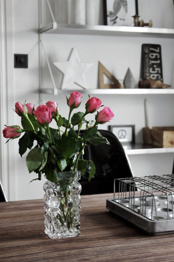 rosa rosor, rosor i vas, glasvas, vit hylla ikea, nummerplåt, plåtskylt, stumpastake, vit stjärna, inredning på hyllan, detaljer, kök, industriellt kök, industrikök, kök 2014, renoverat kök, hylla på väggen i köket, snittblommor, lördag,