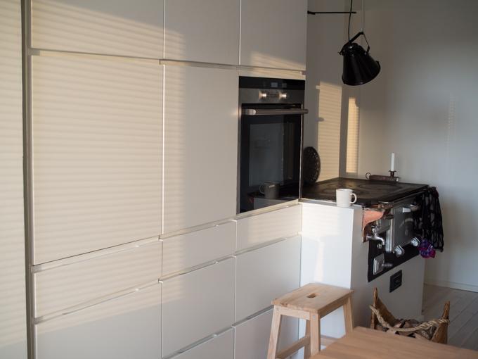 kvik mano keittiö valkoinen matta, korkeat kaapistot, valkoinen vetimetön keittiö mattapintaiset ovet puuliesi moderni keittiö