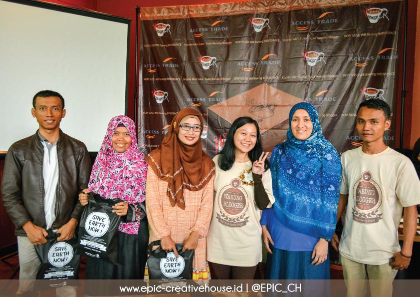 Sesi penyerahan hadiah lomba Live Tweet KOPI SUSU Warung Blogger