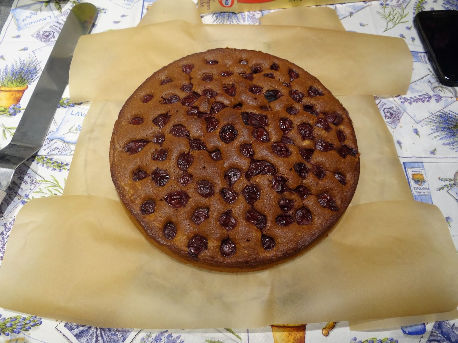 Kuchen von springform auf tortenplatte