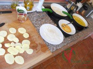 Rebozar y freír las patatas.
