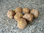 Kókuszos zabpehely golyók mézzel és fahéjjal, sütés nélküli sütemény recept.