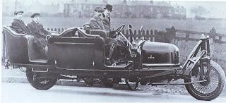 Гирокар на тестовых прогонах. Граф Шиловский справа от водителя. Гироскоп стоит за дверью в середине автомобиля.