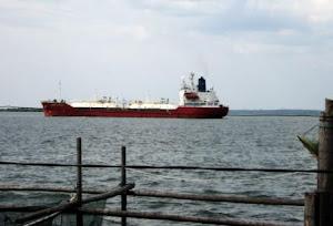 Kapal tanker LPG saat melintas di depan Keramba SUBCI