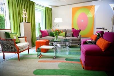 foto de sala verde fucsia y naranja
