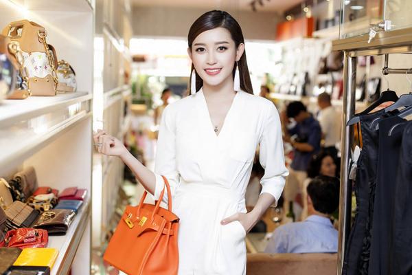 Từ khi trở thành Á hậu, Huyền My rất đắt show event, quảng cáo. Nhờ nguồn thu nhập cao, cô dễ dàng bỏ tiền túi mua cho mình những món hàng hiệu yêu thích.