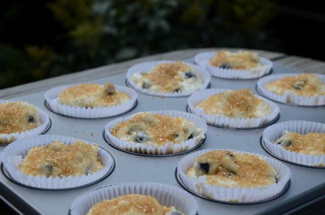 Ciasto przygotowane do pieczenia, wierzch posypany brązowym cukrem.