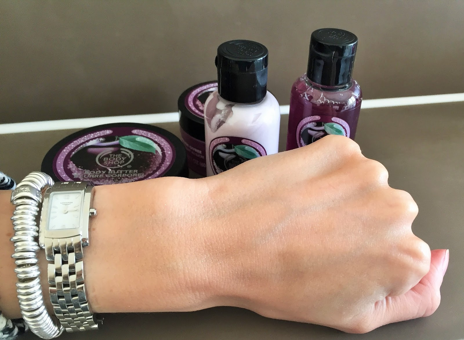 The Body Shop Christmas Gift Set Feel Good Tin in Frosted Plum shimmer lotion