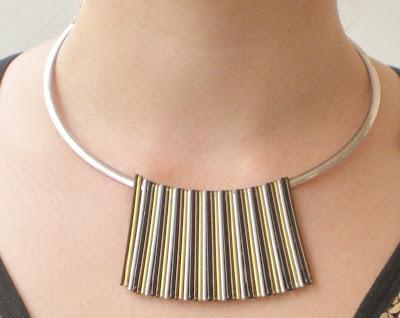 Detalle de collar de horquillas en modelo. Bobby pins necklace. Collier de épingles à cheveaux