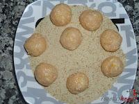 Bolitas de pollo con queso-bolitas pasándolas por pan rallado