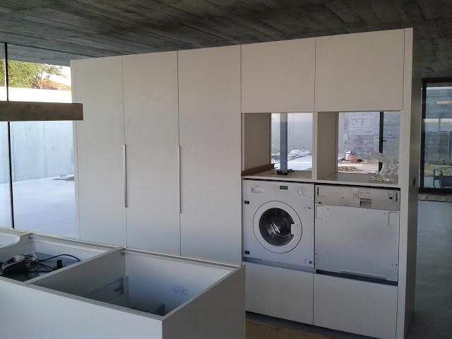 En esta otra secuencia vemos integrados ya el side&side y ya en su sitio lavadora y lavaplatos.