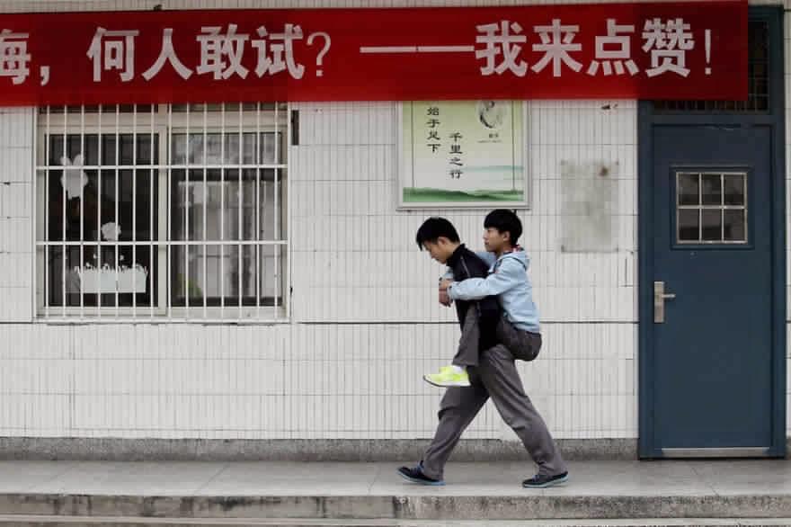 طالب صيني يحمل صديقه على ظهره إلى المدرسة كل يوم لمدة 3 سنوات