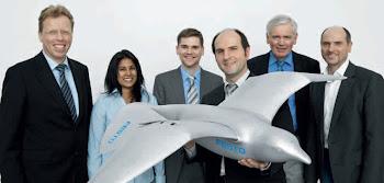 L'équipe de la firme allemande Festo présente le Smartbird.
