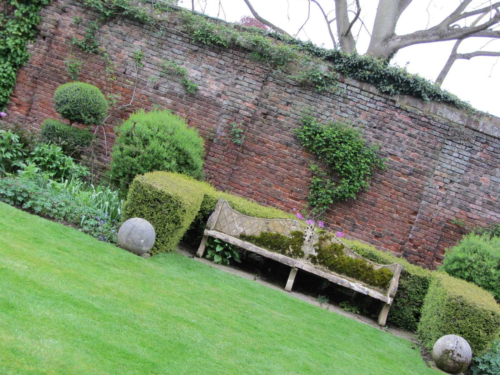 Ham photos rear garden at ormeley lodge -  The Sunken Garden We Have Just Left From Here The White Statue That Was So Prominent Earlier Is Hardly Visible Thanks To Its Sunken Setting And The